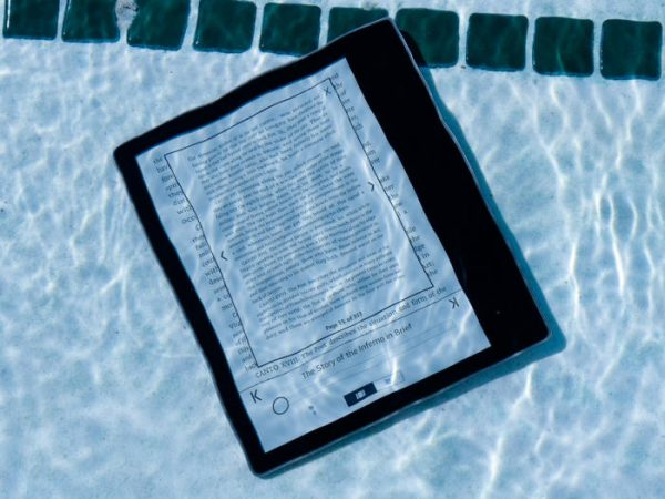 AMAZON KINDLE OASIS 2017 REVIEW: THE ULTIMATE E-READER ADDS AUDIOBOOKS AND A WATERPROOF CASE